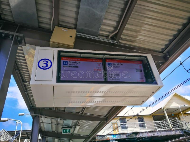 Расписание и станция поезда показа монитора экрана на железнодорожном вокзале Arncliffe стоковое изображение