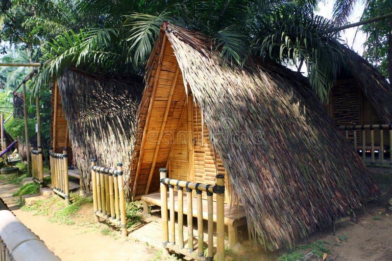 Распланируйте бамбуковые шале или хату доступные для туриста посещая холм курорта Tadom стоковое фото