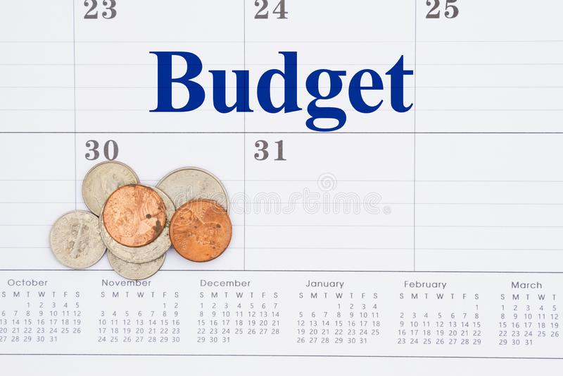 Распланируйте ваше сообщение денег на ежемесячном календаре с монетками стоковое изображение