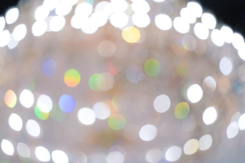 Расплывчатая желтая люстра и bokeh радуги для роскошной или счастливой предпосылки праздника рождество, Новый Год, день рождения, стоковые изображения