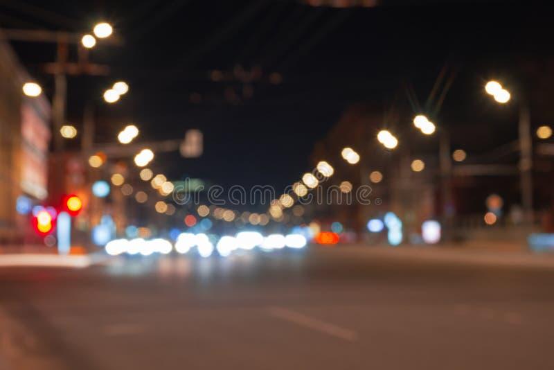 Расплывчатое bokeh светофора на улицах ночи стоковое изображение