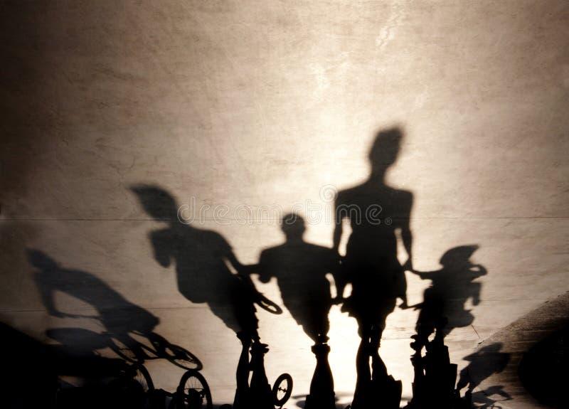 Расплывчатые тени людей идя на лето гуляют стоковые изображения rf