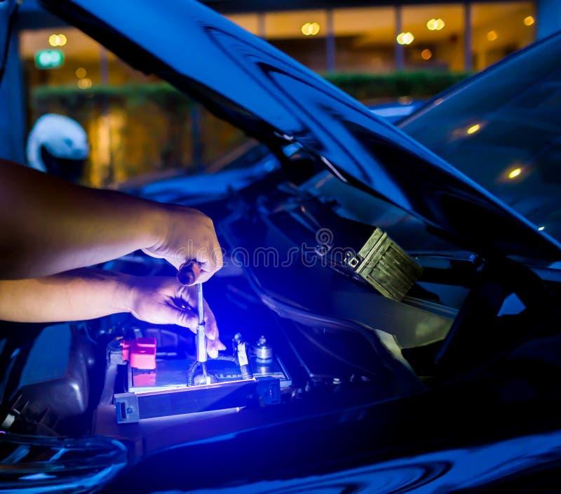 Расплывчатый автомобильного аккумулятора мужского механика изменяя,  стоковые изображения rf
