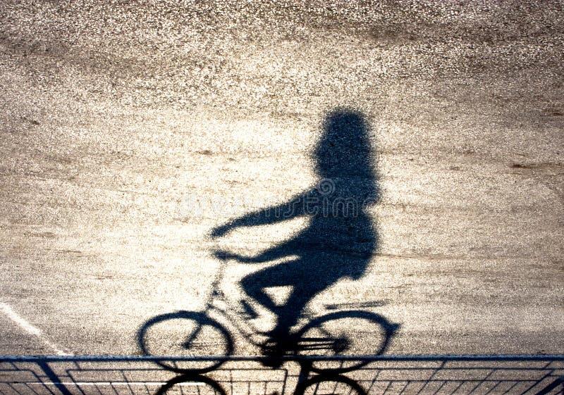 Расплывчатый силуэт и тень велосипедиста стоковое фото rf