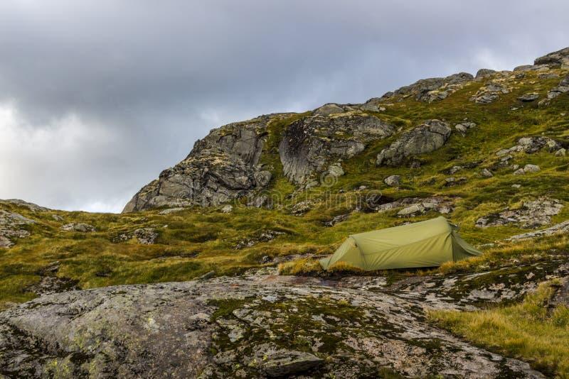 Располагаться лагерем на горах стоковые изображения rf