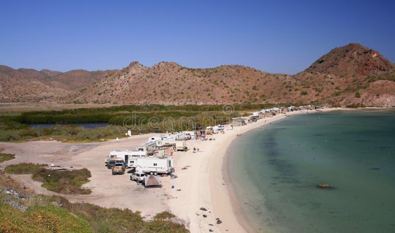 располагаться лагерем пляжа стоковое фото