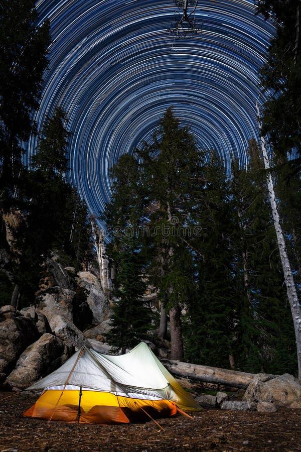 Располагаться лагерем под звездами в эмигрантской глуши стоковое изображение
