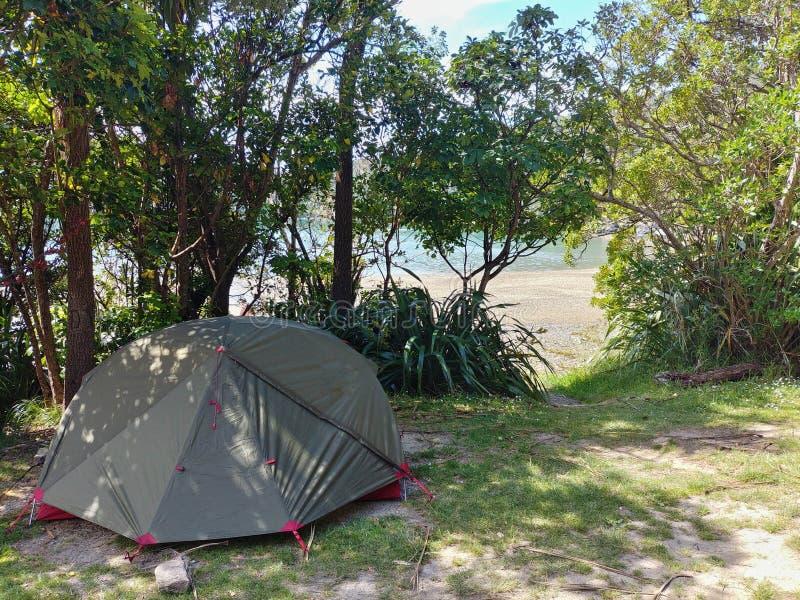 Располагаться лагерем рядом с пляжем в тени стоковое фото