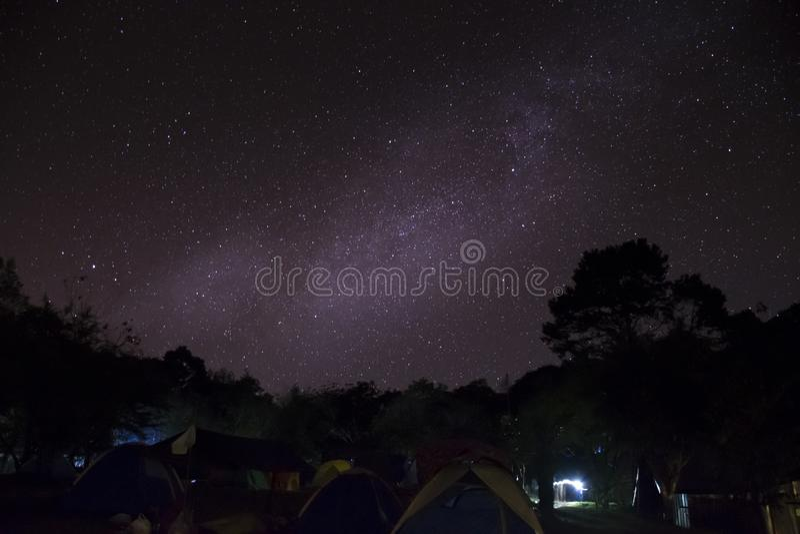 Располагающся лагерем в шатрах на горе luang Khao вечером со звездами и млечным путем в небе, Sukhothai Таиланд стоковая фотография rf