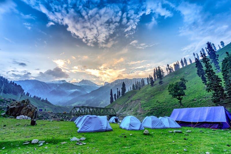 Располагающся лагерем на государстве Кашмира восхода солнца горного вида, Индия стоковая фотография