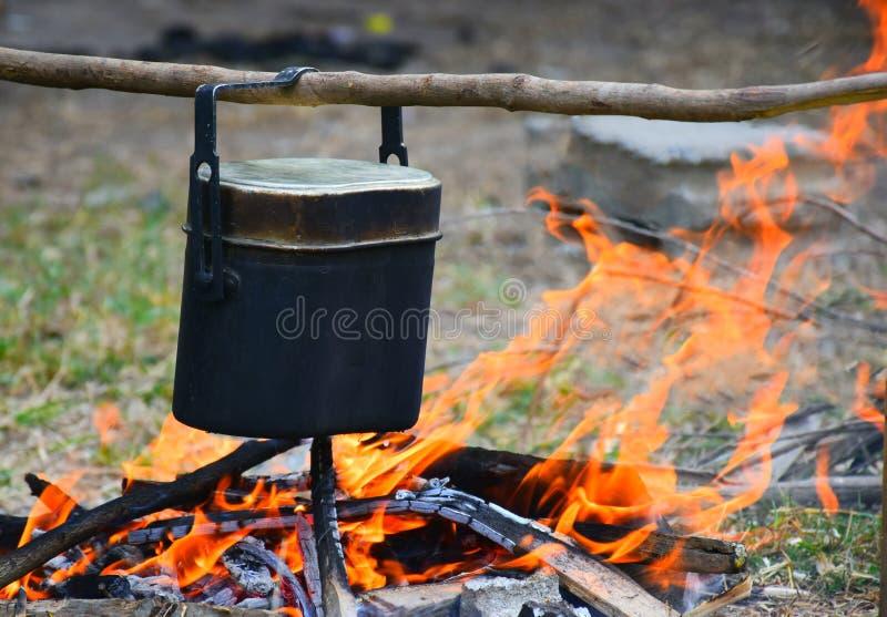 Располагаясь лагерем еда на лагерном костере стоковые фотографии rf