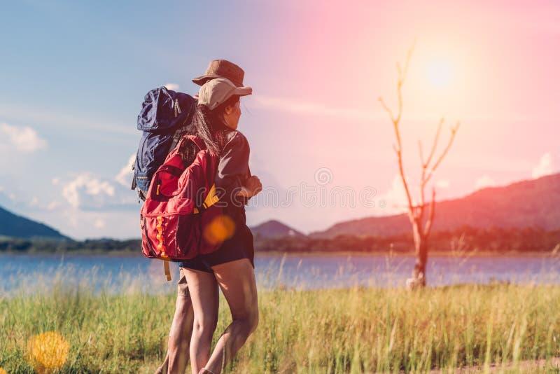 Располагаясь лагерем лагерь в парах природы счастливых имеет рюкзак идя в общем стоковое изображение rf