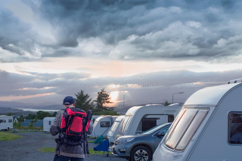 Располагаясь лагерем стоянка Старший фотограф смотря место сна в лагере touristik вечер leet, Шотландия стоковое фото rf