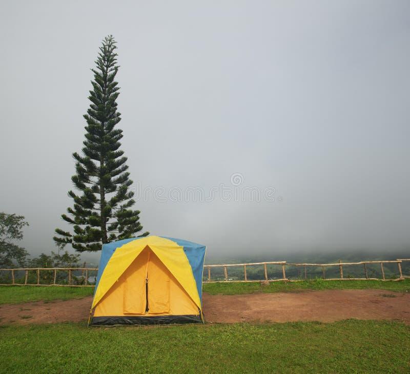 Располагаясь лагерем шатер в месте для лагеря стоковое фото