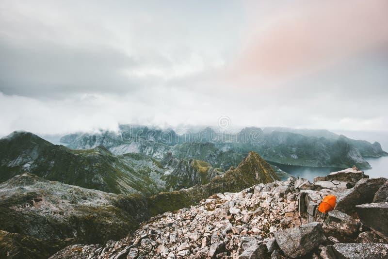 Располагаясь лагерем шатер на верхней части ландшафта горы стоковое изображение