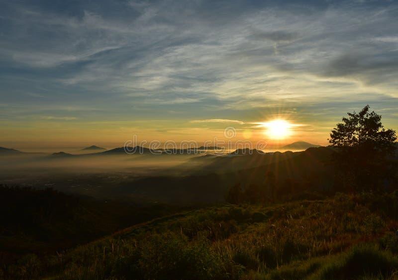 Располагаясь лагерем milkyway восход солнца citylight шатра стоковое изображение rf