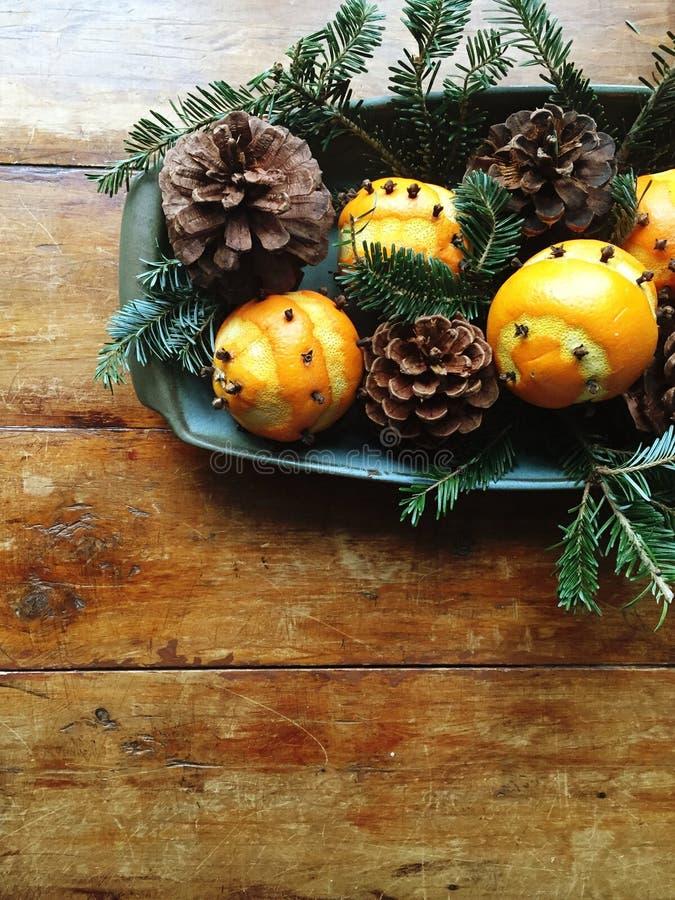 Расположение зимы с апельсинами, pinecones и вечнозелёным растением стоковое фото rf