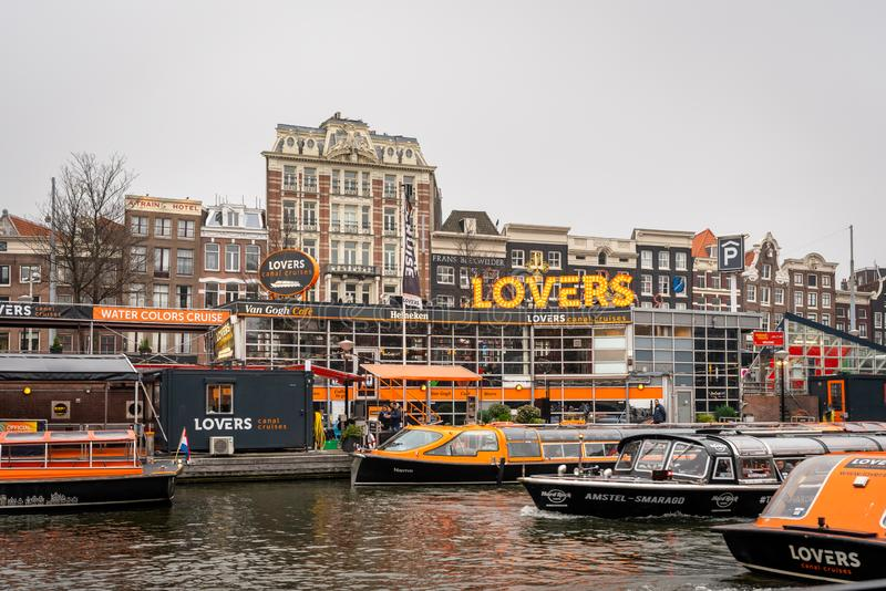 Расположение приемистости круизов канала любовников с много шлюпок на переднем плане в Амстердаме стоковое фото rf