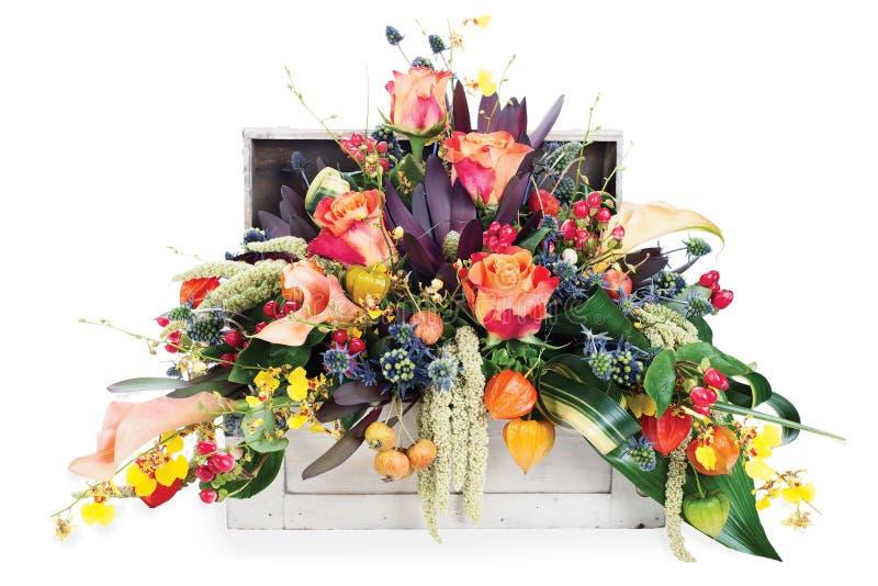 Расположение роз, лилий, freesia и радужек стоковое фото