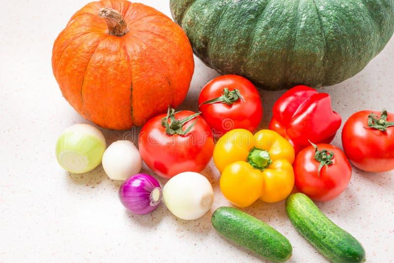 Расположение столешницы разнообразие свежих овощей s еда принципиальной схемы здоровая стоковое фото