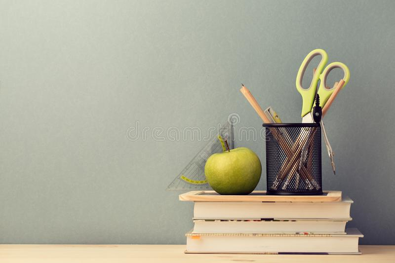 Расположение учебников и канцелярских принадлежностей школы стоковые фотографии rf