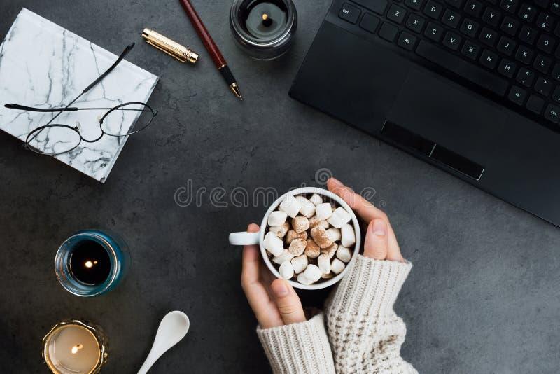 Расположение уютного дела зимы flatlay с черной компьтер-книжкой, какао vegan стоковое изображение