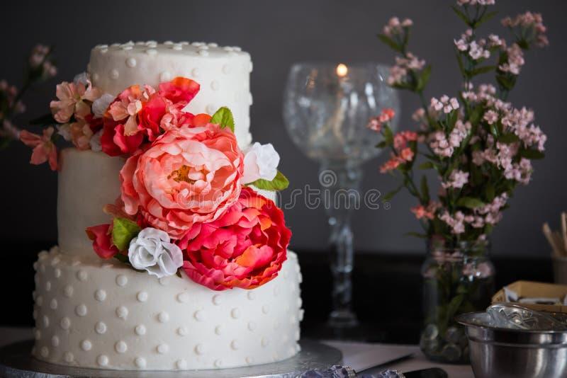 Расположенный ярусами свадебный пирог красивые 3 с цветками стоковое фото rf