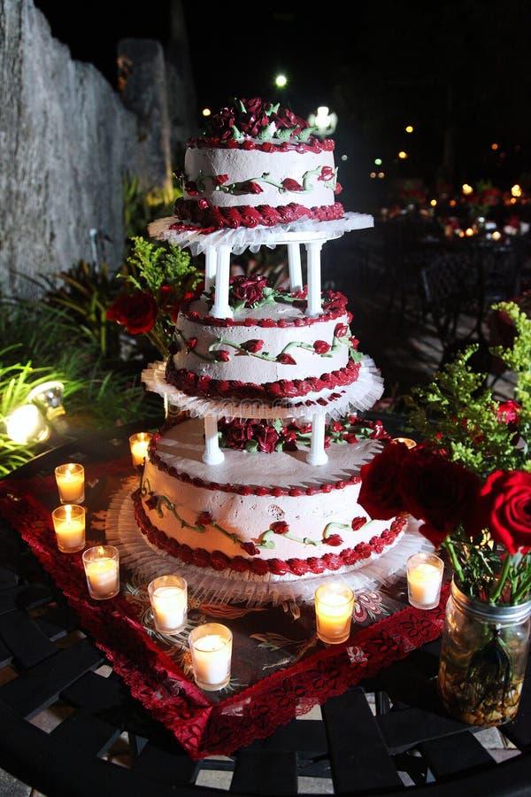 Расположенный ярусами торт венчания стоковое фото