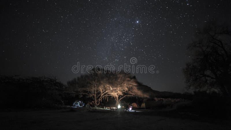 Расположитесь лагерем в одичалой ноче пустыни с млечным путем на небе стоковое изображение
