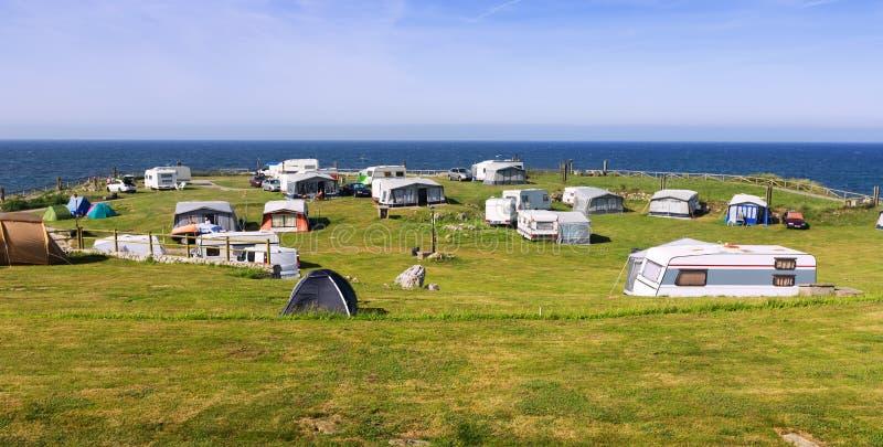 Располагаться лагерем около моря стоковые изображения rf
