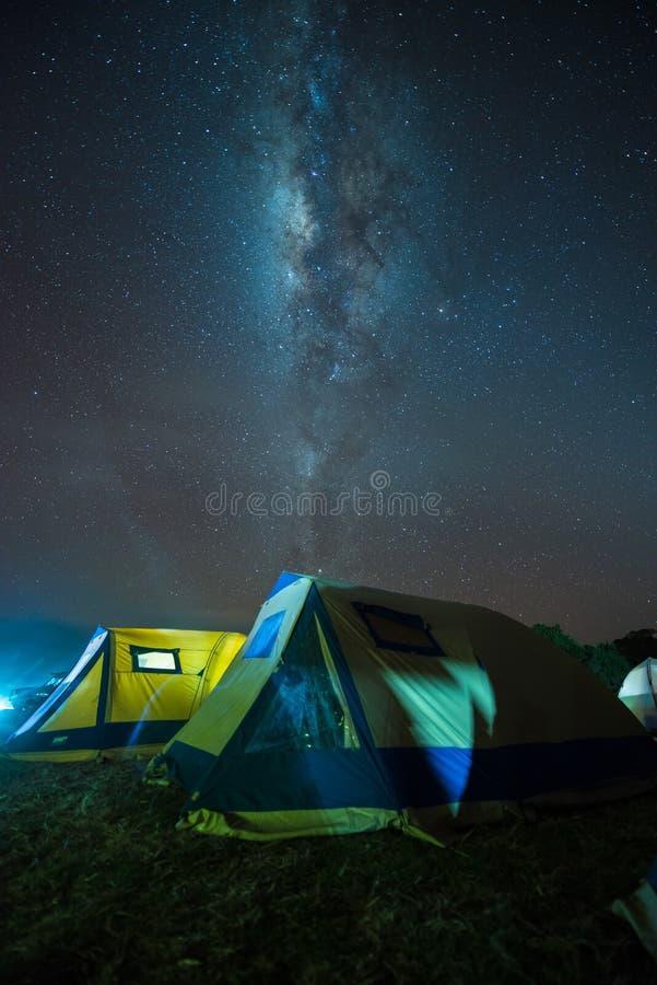 Располагаться лагерем под млечным путем стоковые изображения