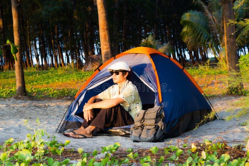 располагаться лагерем пляжа стоковая фотография