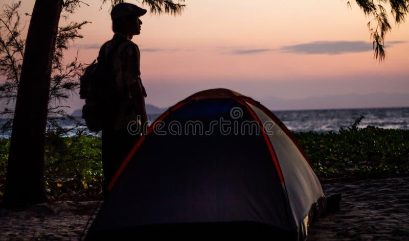 располагаться лагерем пляжа стоковое изображение