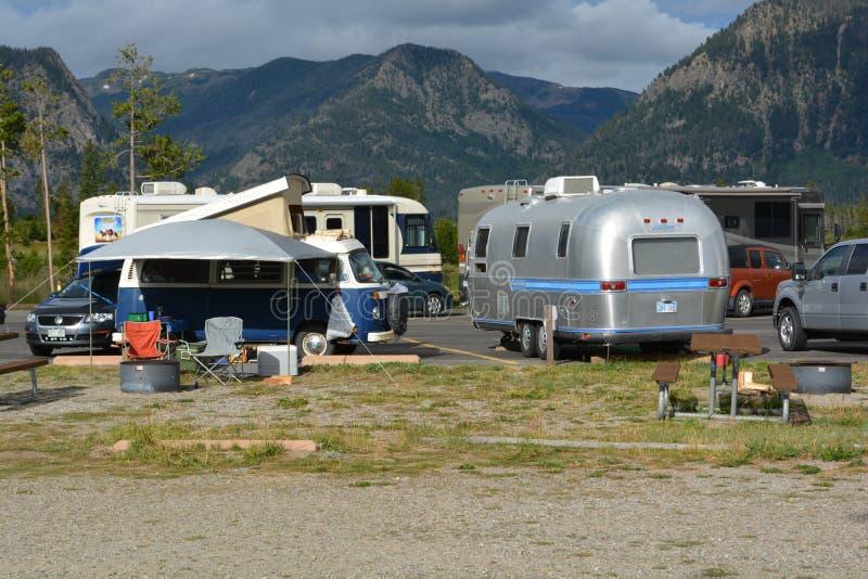 Располагаться лагерем Microbus и Airstream Фольксвагена стоковое фото