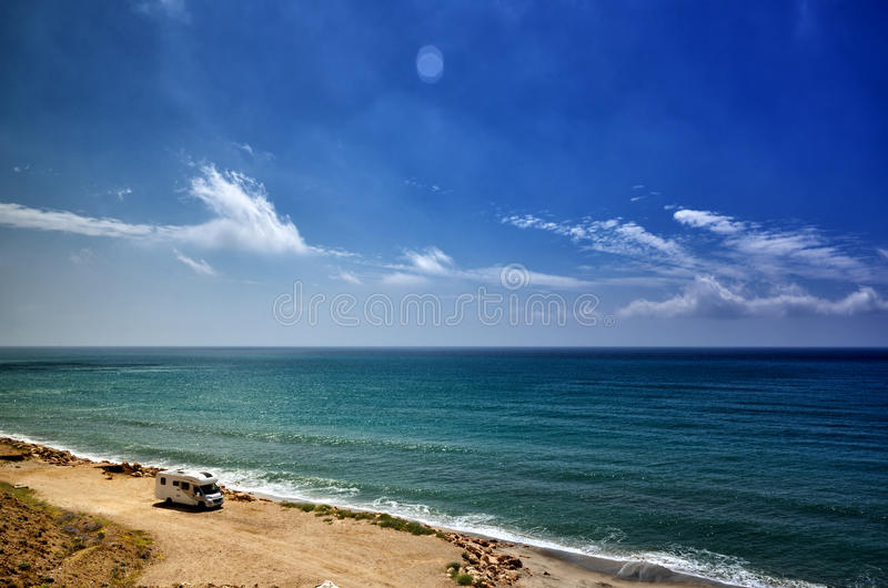 Располагающся лагерем на пляже с караваном, концепция свободы стоковое фото rf