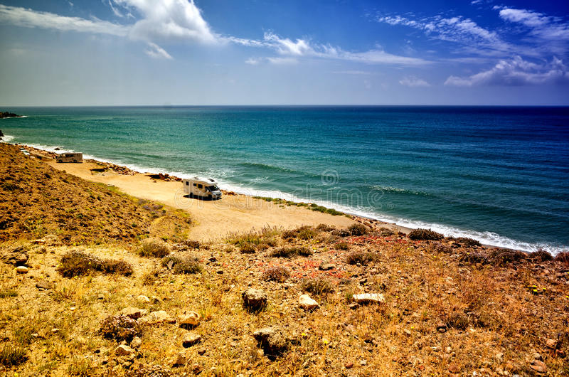 Располагающся лагерем на пляже с караваном, концепция свободы стоковые фото