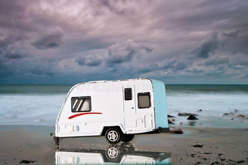 Располагаясь лагерем автомобиль на пляже стоковые изображения