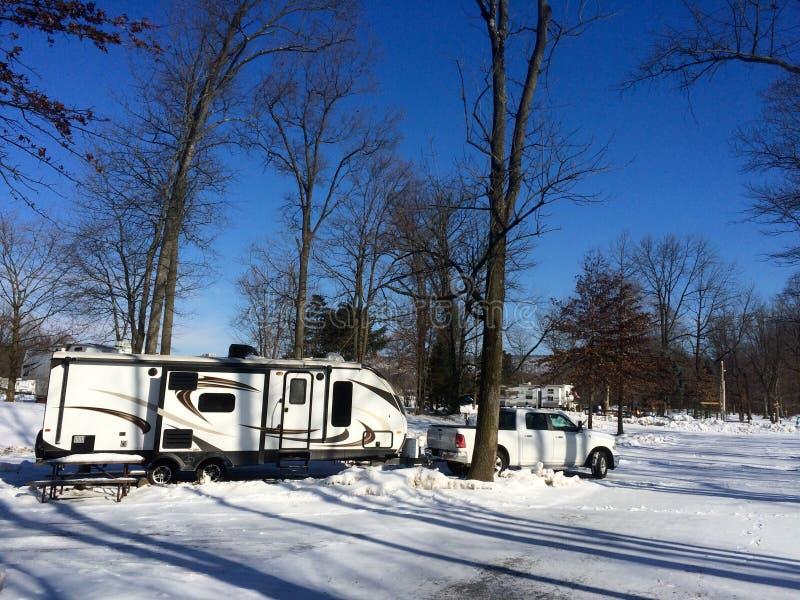Располагаясь лагерем кемпинг в зиме стоковые изображения rf