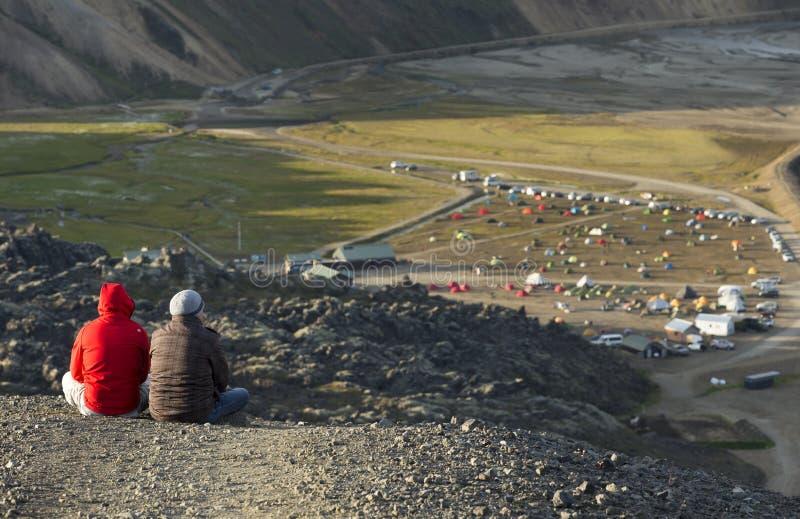 Располагаясь лагерем шатры в долине горы и туристе 2 на утесе стоковые изображения rf
