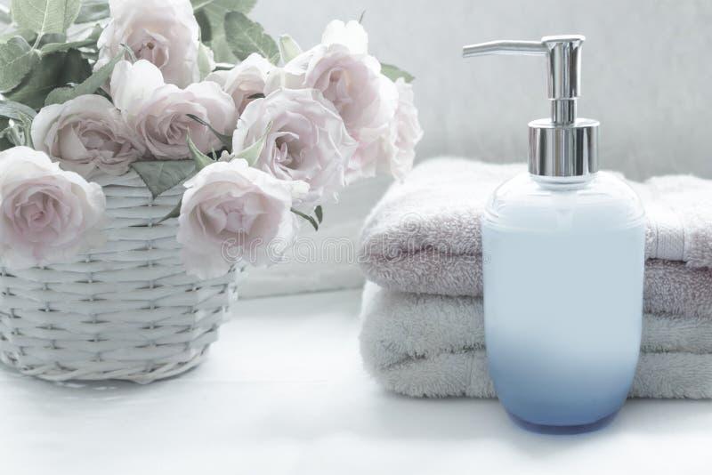 Расположение ванны с романтичными розовыми розами стоковое изображение rf