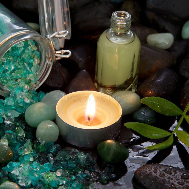 Расположение курорта - естественное масло массажа с горящей свечой стоковое изображение