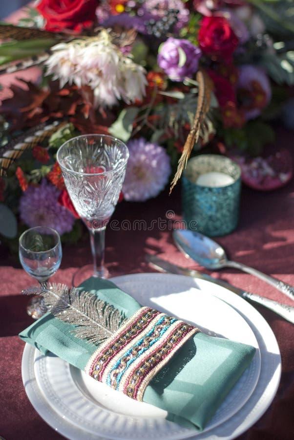 Расположение таблицы свадьбы в ресторане стоковая фотография rf