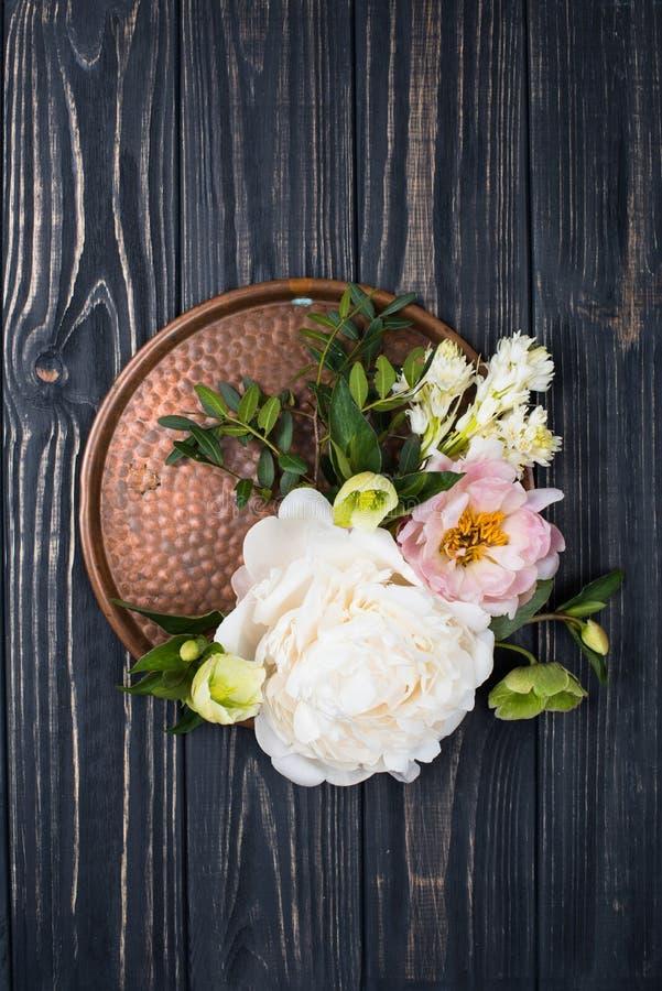 Расположение цветков пиона на старой предпосылке деревянной доски Festiv стоковое изображение