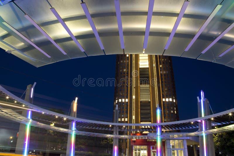 Расположенное на окраине города здание станции на городе Далласе стоковые изображения