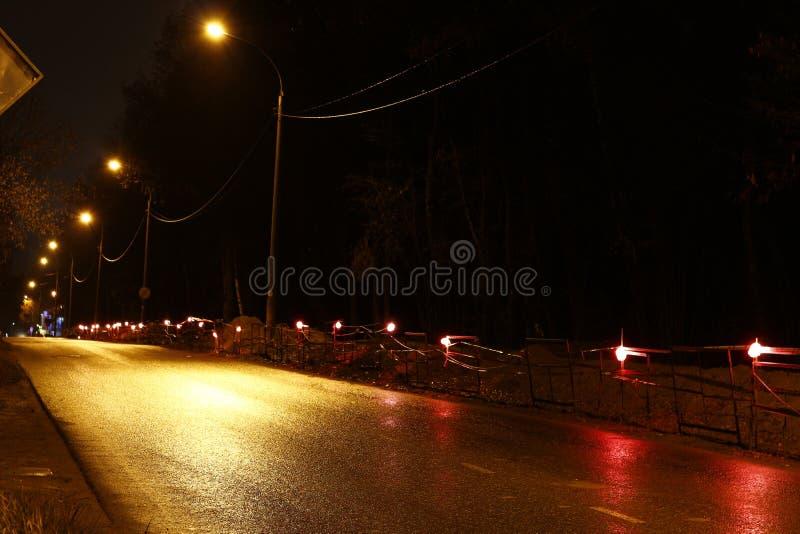 Распределение места производства работ в вечере лампами стоковое изображение