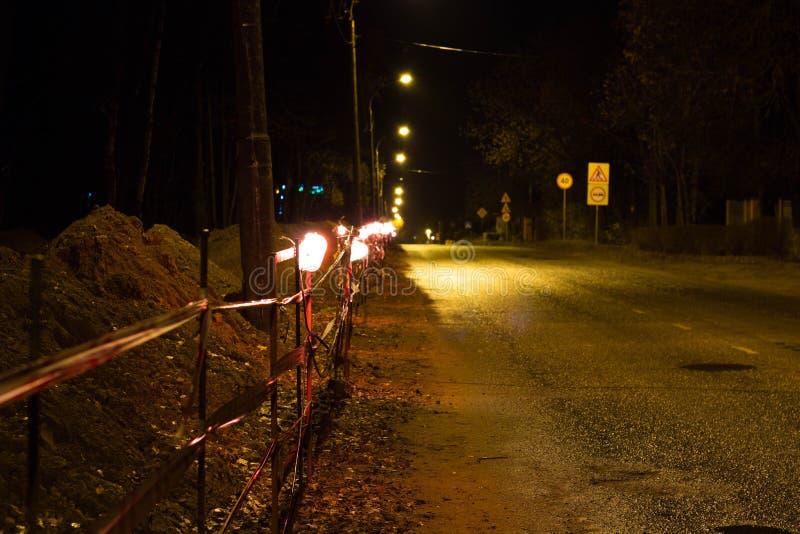 Распределение места производства работ в вечере лампами стоковые изображения rf