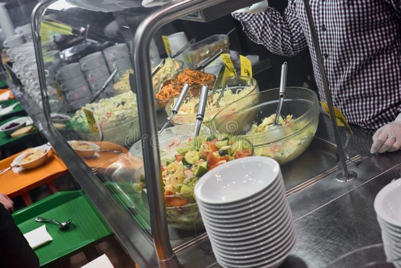 Распределение продуктов питания в кафе стоковая фотография