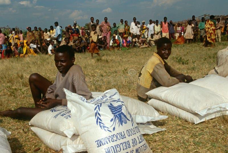 Распределение продуктов питания людей в Бурундии. стоковое изображение
