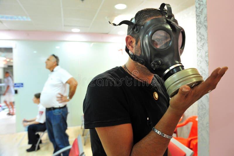 Распределение маски противогаза в Израиле стоковые фото