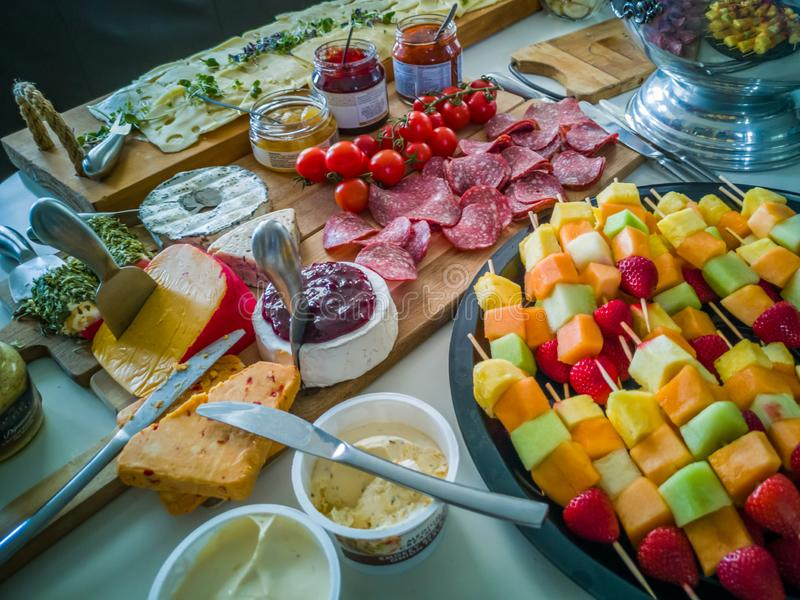 Распространение Antipasto со свежим сезонным плодом стоковая фотография rf